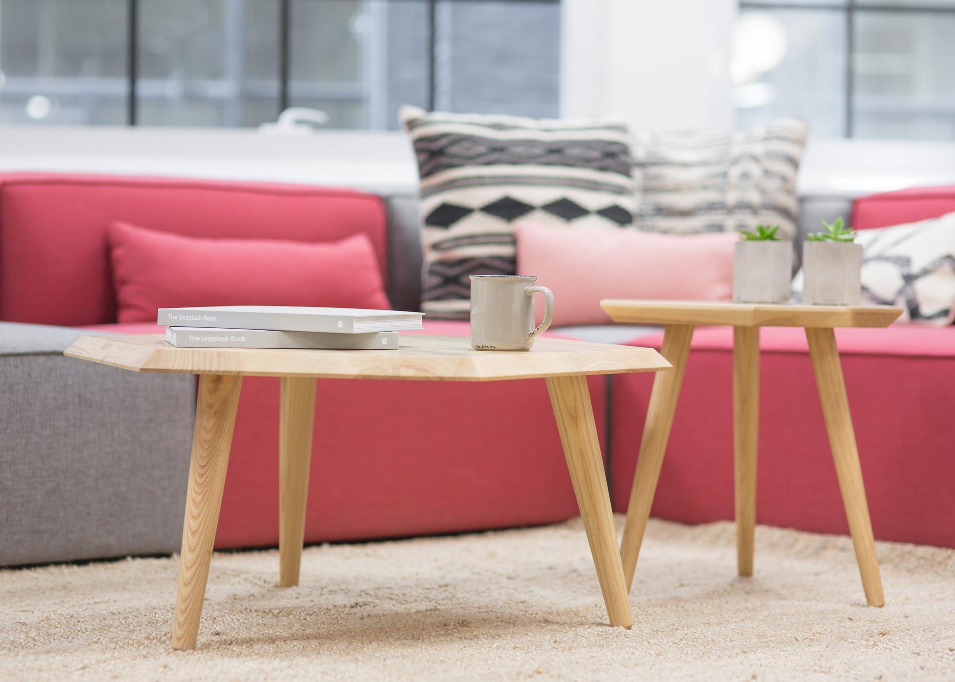 ピンク色のソファの風水